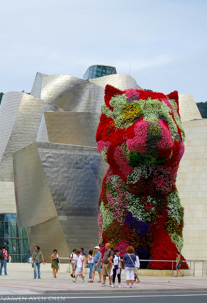 Jeff Koons, Puppy, 1992; stainless steel, soil, and flowering plants; Guggenheim Bilbao Museoa