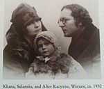 Alter Kacyzne with his daughter Sulamita and his wife Khana in Warsaw, ca. 1930