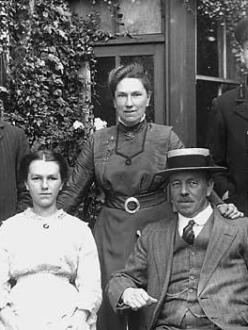 Wilfred Owen's mother, pictured center with her family